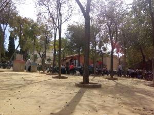 Fig. 1: Terraza del bar situada junto al estanque.