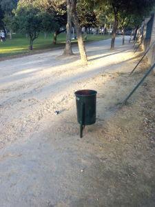 Fig.  : Papelera en uno de los parques.