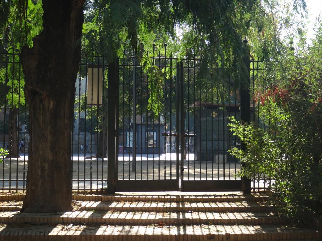 Imagen 16: Puerta cerrada que da a la avenida Méndez Pelayo