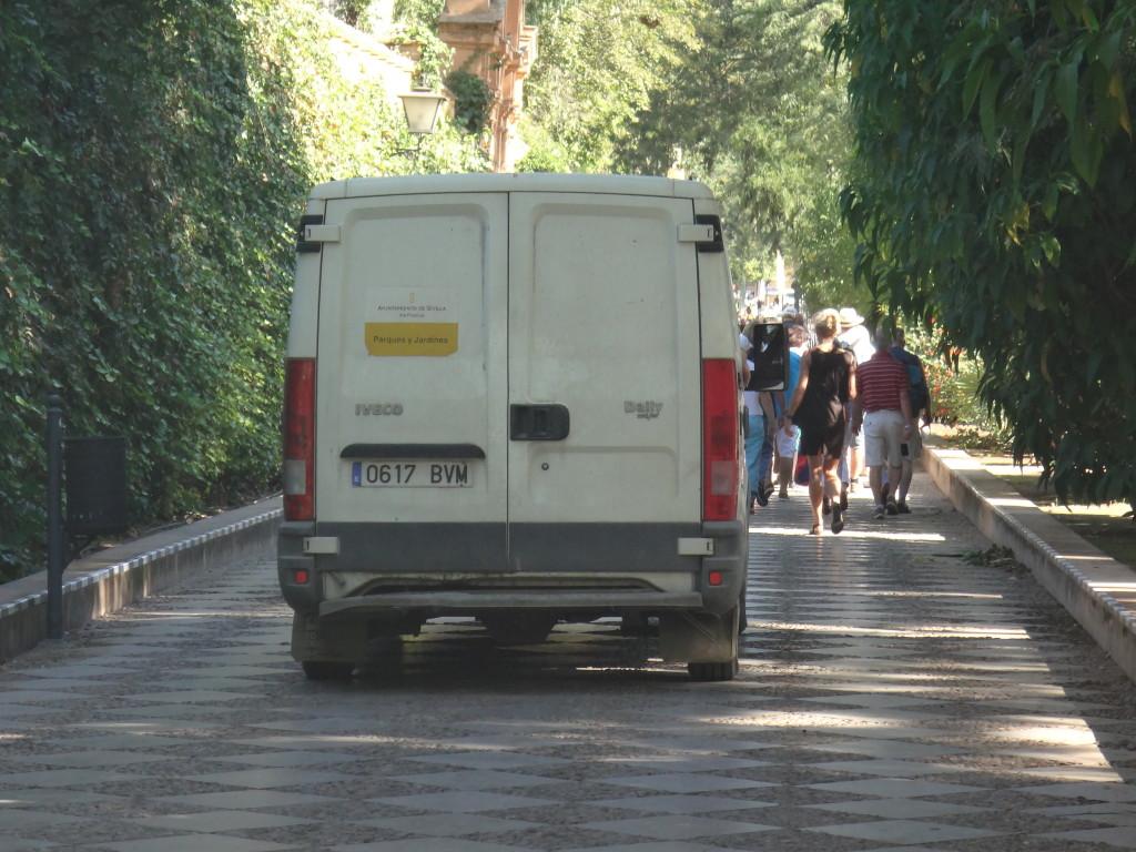 Imagen 14: Furgoneta de Parques y Jardines abriéndose paso entre los viandantes