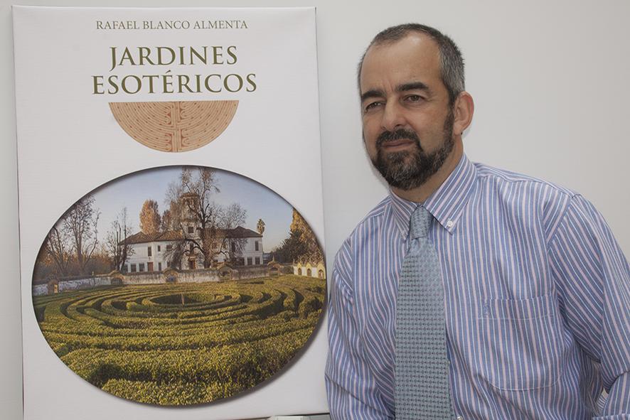 Rafael Blanco con cartel y portada del libro
