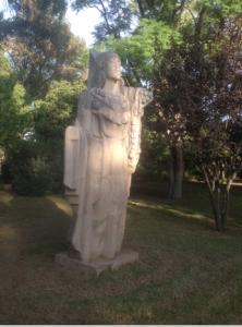 Imagen 16. Escultura alegórica de Iberia (Obra de Fco Marco Díaz PIntado) situada en la pradera del Jardín.