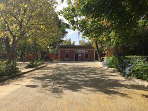 Imagen 4: Avenida principal donde se visualiza, al fondo de la primera, la entrada antigua